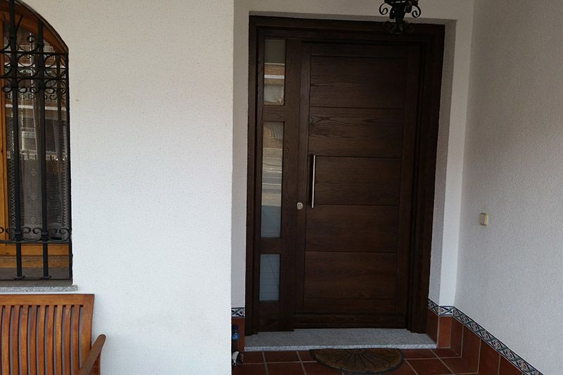 Puertas de madera y lacadas for Puertas principales modernas en madera